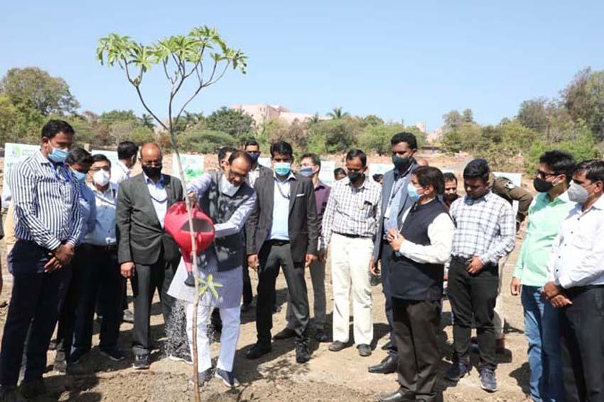मुख्यमंत्री श्री चौहान ने सप्तपर्णी का पौधा रोपा